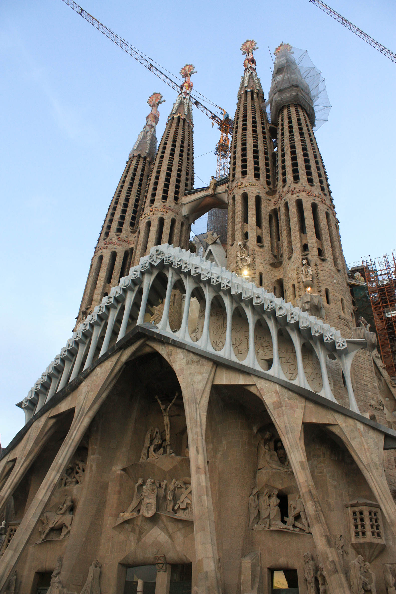 Barcelona spain antoni gaudi architecture tourist guide for Architecture gaudi